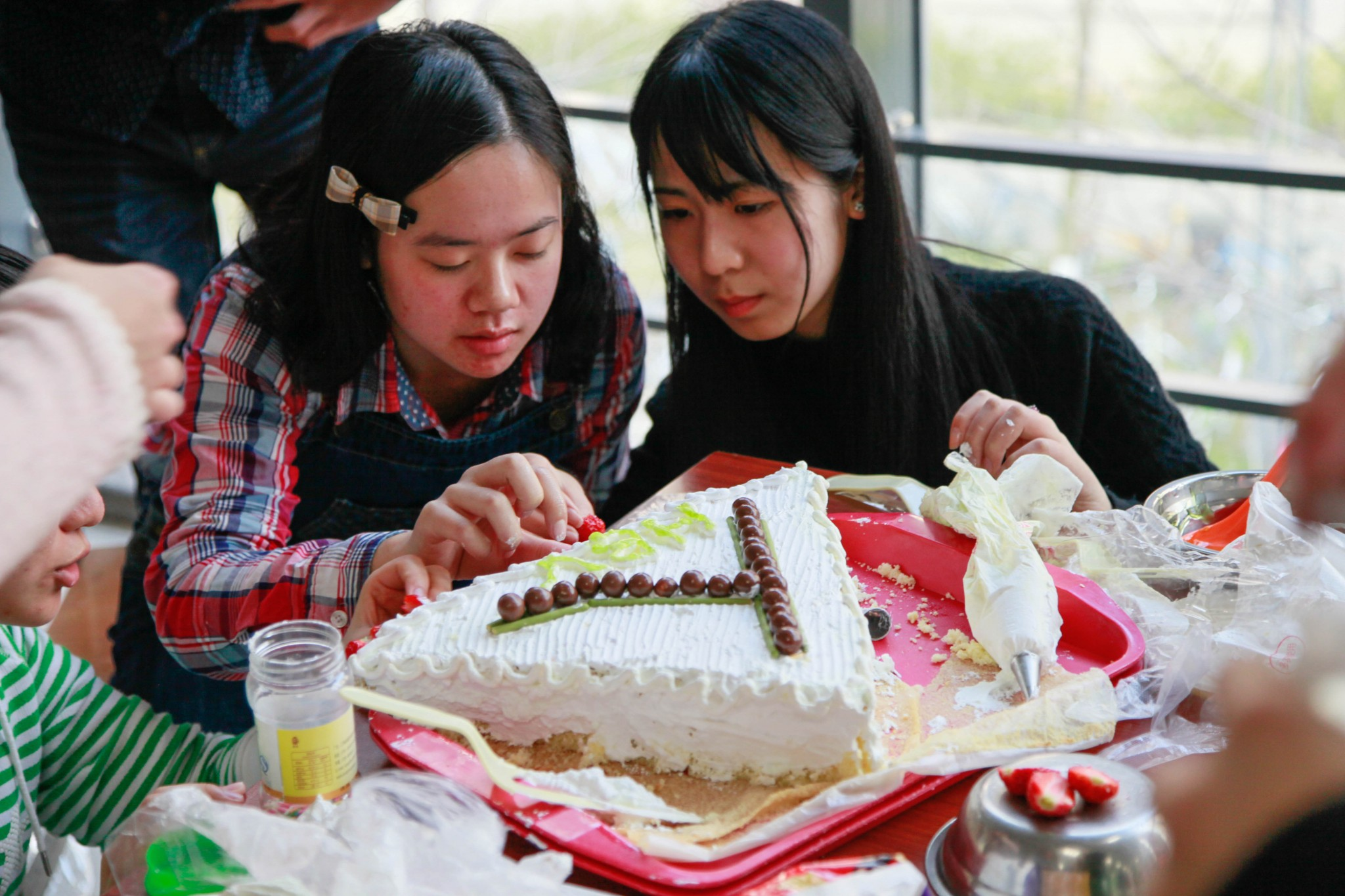"""翡翠丝带蛋糕大赛,翡翠丝带是汉字""""人""""形,寓意人人互爱,鼓舞同学们抗击肝炎,爱肝护肝,健康一生"""